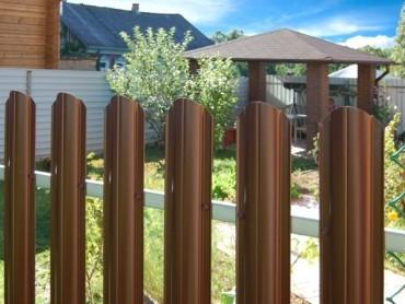 Забор из штакетника: преимущества выбора
